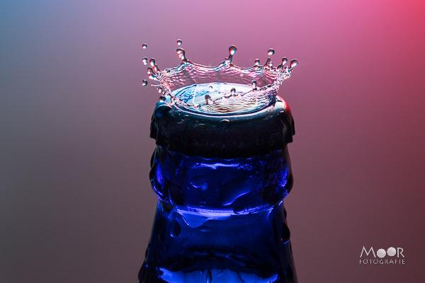 Woordloze Woensdag Flitslicht Bier Fles Kroon Water Splash Druppelfotografie/></noscript> <span class=